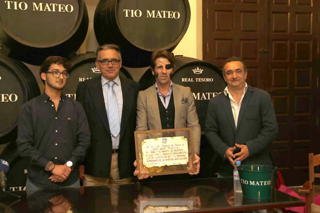 Padilla y la Juventud Taurina de Jerez en Bodegas Estévez